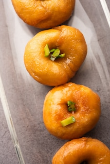 Balushahi oder badushah oder mughlai-gericht ist ein traditionelles indisches weiches und flockiges dessert oder süßes essen, das auch in pakistan und bangladesch beliebt ist