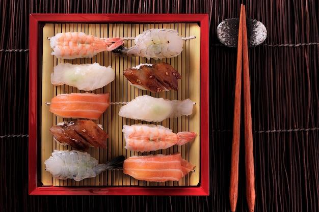 Bambus-behälterstäbchen der verschiedenen zusammenstellung der japanischen sushi rote
