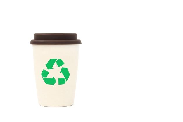 Bambusbecher mit recycling-symbol für kaffee oder tee zum mitnehmen, wiederverwendbar.