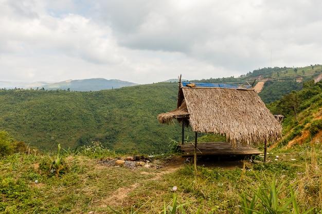 Bambushütte in den bergen von laos