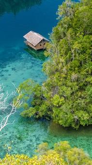 Bambushütte in mangrove nahe warikaf homestay, kabui bay und passage. gam island, west papuan, raja ampat, indonesien. ohne reflexion.