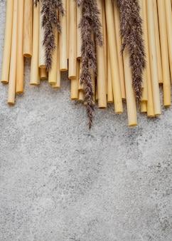 Bambusröhren zum trinken und lavendel
