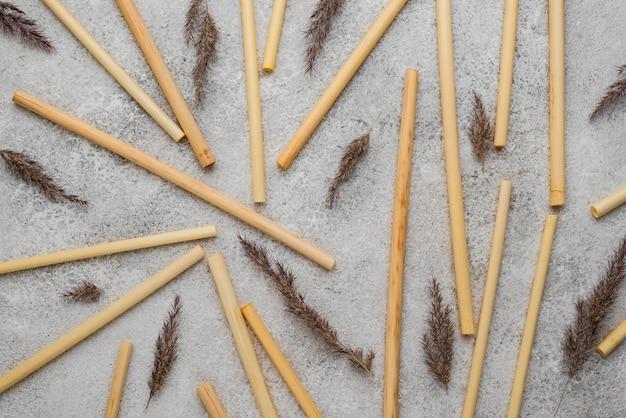 Bambusröhren zum trinken und lavendelarrangement