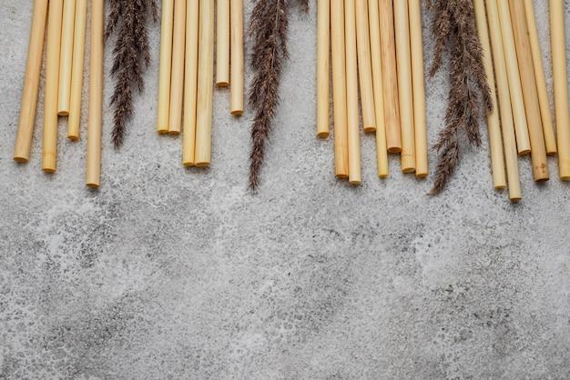 Bambusröhren zum trinken und lavendelblüten