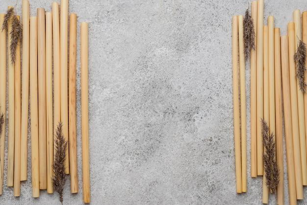 Bambusrohre zum trinken und lavendel flach legen