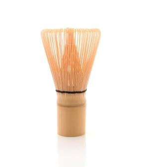 Bambustee wischen für matcha auf weißem hintergrund, traditionelle kultur des japanischen matcha-tees