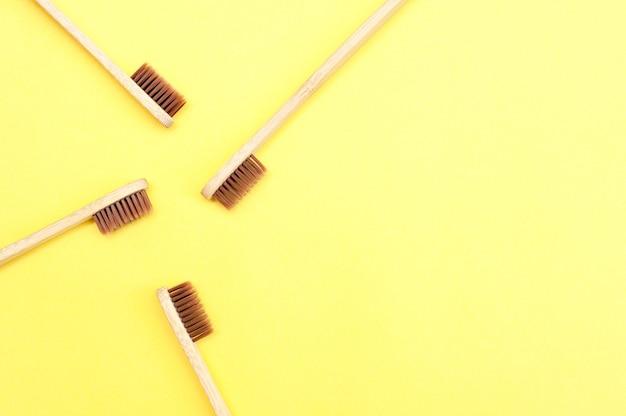 Bambuszahnbürste auf gelbem grund. zahnpflege. speicherplatz kopieren