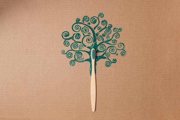Bambuszahnbürste wie baumstamm auf kreativem konzept des kartons, kunststofffrei. hochwertiges foto