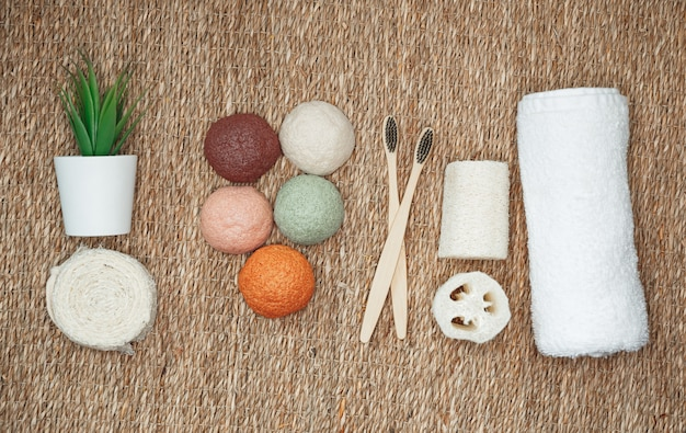 Bambuszahnbürsten, konjakschwamm, natürliche bio-produkte. kunststofffreie kosmetik ohne abfall, flachgelegt. natürlicher organischer und biologisch abbaubarer konjakschwamm für die gesichts- und körperpflege.