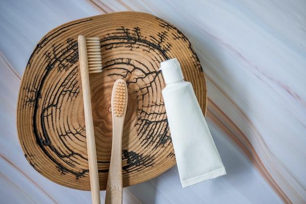 Bambuszahnbürsten mit natürlicher zahnpasta