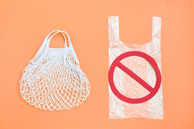 Ban einwegplastik, stoppschild und ökologische einkaufstasche aus wiederverwendbarem netzgewebe