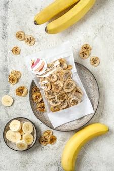Bananas frips getrocknete bananen auf hellem hintergrund