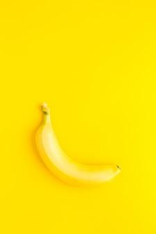 Banane auf dem gelben hintergrund. bananenoberteil veiw
