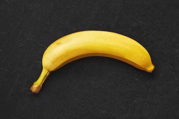 Banane auf einer dunklen struktur