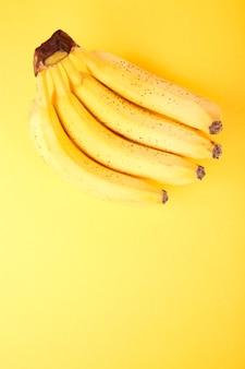 Banane auf gelbem papierhintergrund.