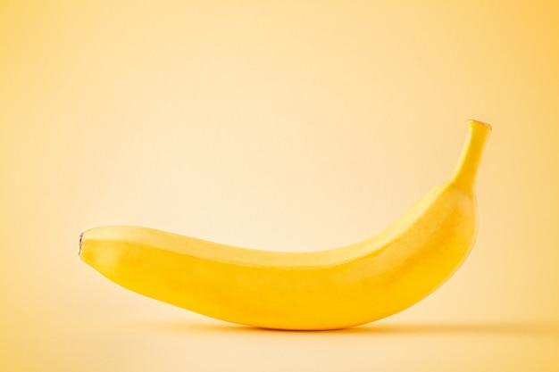 Banane auf pastellgelb