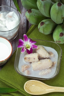 Banane in kokosmilch, traditionelle asiatische thailändische desserts, thailändische desserts.
