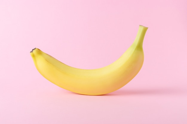 Banane isoliert auf rosa