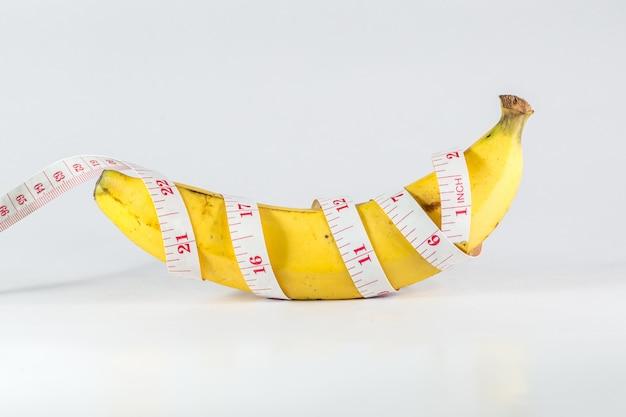 Banane mit maßbandmann-penisgrößenkonzept