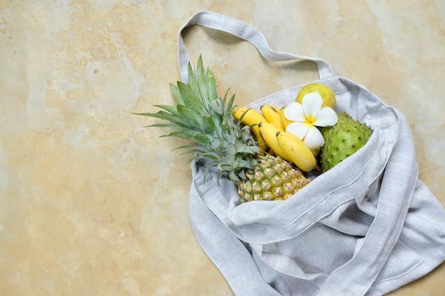 Bananen-ananas-vanillepudding-apfel in der öko-leinentasche
