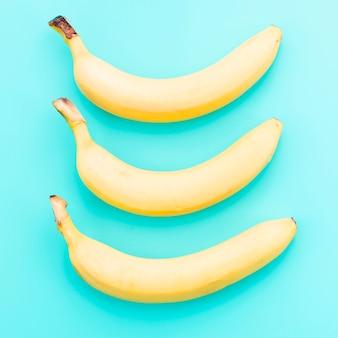 Bananen auf farbigem hintergrund