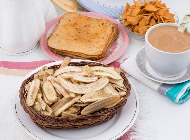 Bananen-chips-populärer frittierter tee-zeit-imbiss