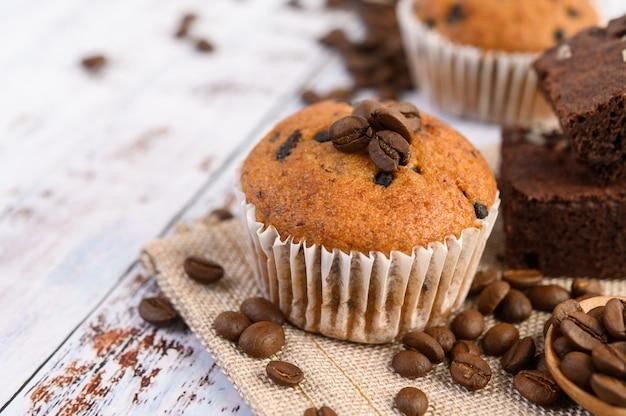 Bananen-cupcakes gemischt mit schokoladenstückchen auf einem weißen teller.