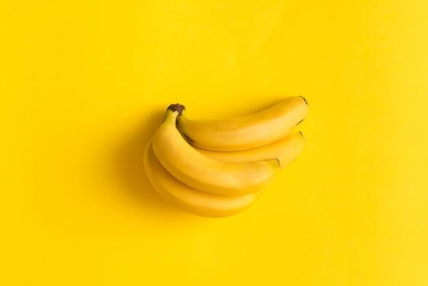 Bananen-gelber hintergrund-flacher lage-kopien-raum-unbedeutender sommer