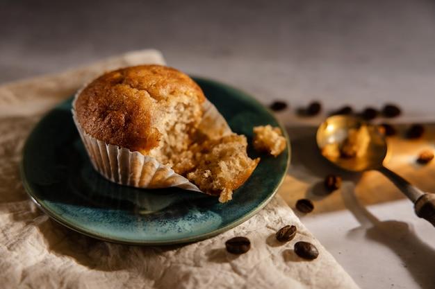 Bananen-muffin-cup-kuchen auf dem tisch. draufsicht