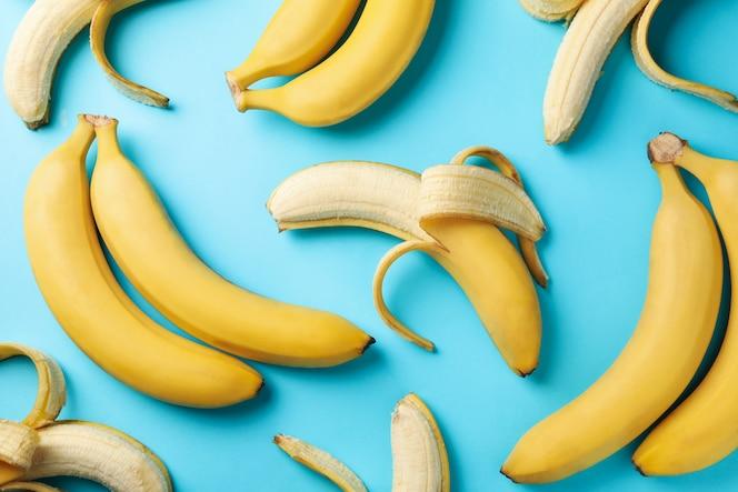 Bananen und äpfel auf weißem hintergrund, draufsicht. frisches obst
