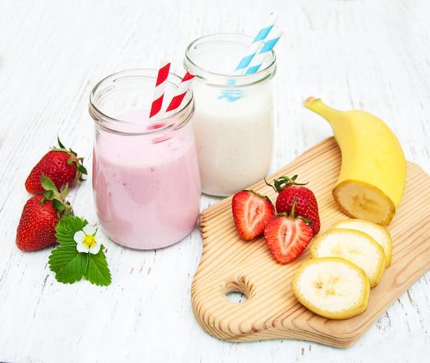 Bananen und erdbeeren mit joghurt