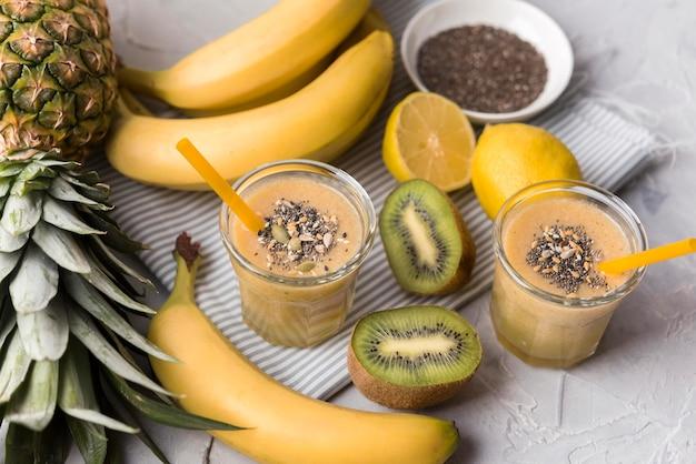 Bananen- und kiwi-smoothies mit hohem winkel
