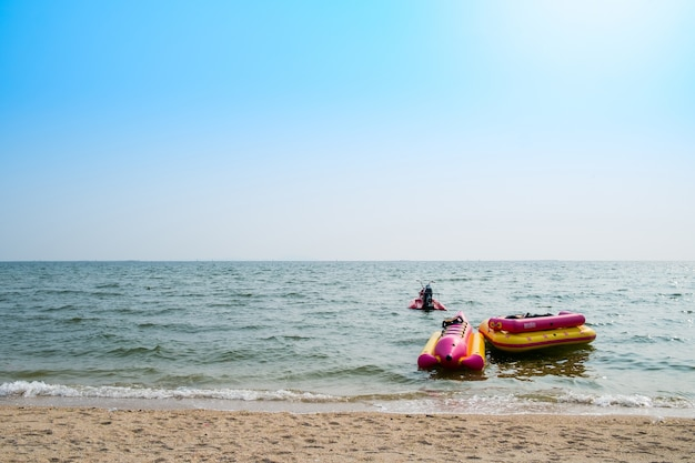 Bananenboot und ein gummiboot schwimmen mit jetski im meer