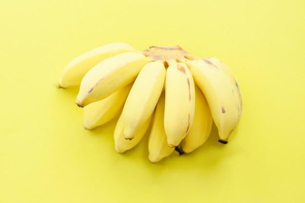 Bananenbündel auf gelber frischer gesunder frucht