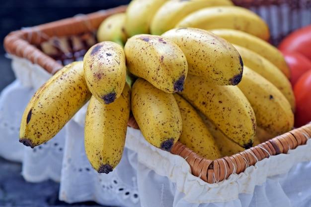 Bananenbündel im obstkorb mit weißer rüsche