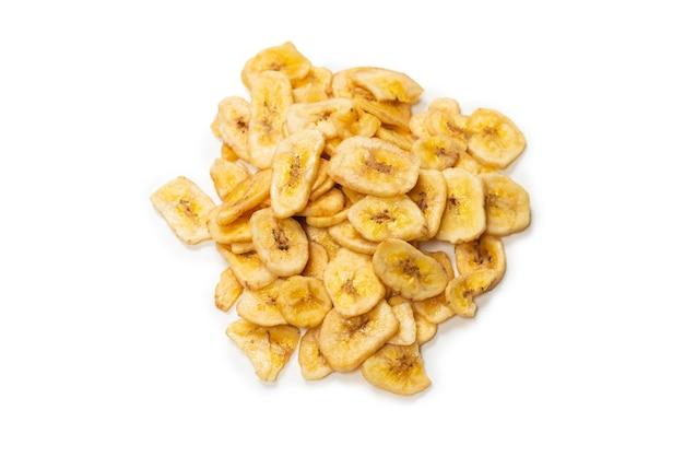 Bananenchips isoliert auf weißem hintergrund. dehydrierte bananenscheiben.