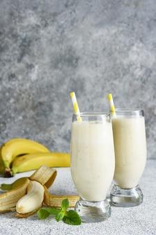 Bananencocktail mit eis und milch. fruchtmilchshake. frühstücks-smoothie.