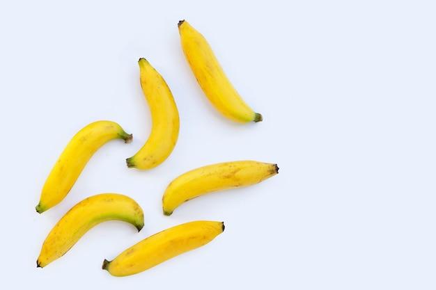 Bananenfrucht auf weißem hintergrund.
