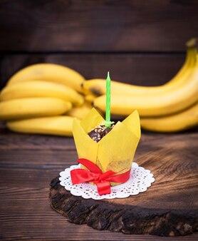 Bananenkleiner kuchen mit kerzen