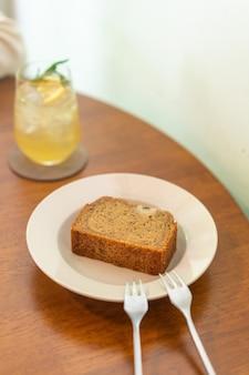 Bananenkuchen auf teller im café-restaurant - weicher selektiver fokuspunkt Premium Fotos