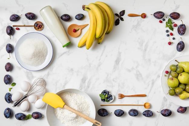Bananenkuchen zutaten auf weißem tisch