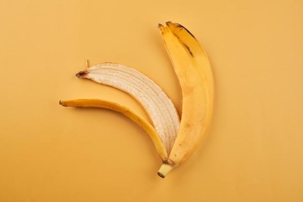 Bananenschale isoliert auf gelber oberfläche