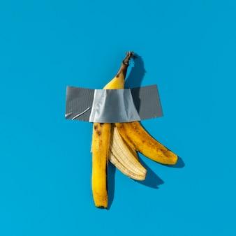 Bananenschale mit klebeband verklebt