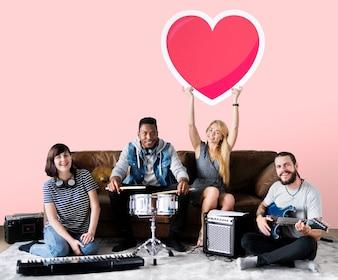 Band der Musiker, die einen Herz Emoticon halten