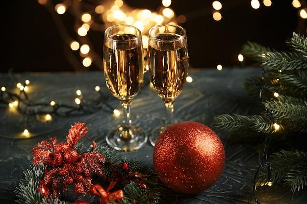 Band, kugeln und wein gegen weihnachtslichter