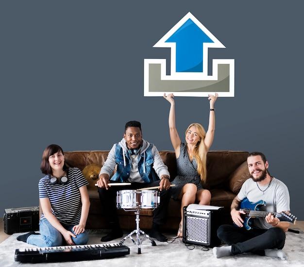 Band von musikern, die eine upload-ikone halten