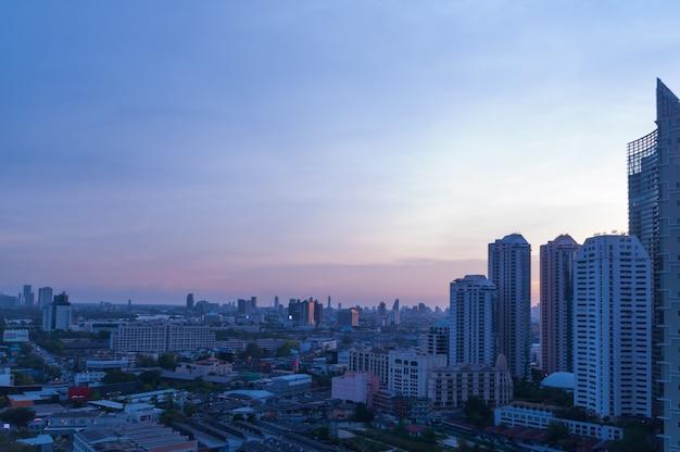 Bangkok-ansicht mit wolkenkratzer im geschäftsgebiet in bangkok thailand