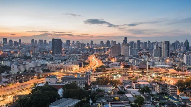 Bangkok city bei sonnenaufgang, hotel und wohngebiet in der hauptstadt von thailand. draufsicht: modernes gebäude im geschäftsviertel bangkok bei bangkok city mit skyline in der dämmerung, thailand