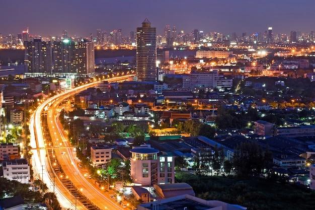 Bangkok freeway zur stadt-draufsicht an der dämmerung in bangkok, thailand