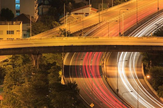 Bangkok-hochstraßenkreuzung und austauschüberführung nachts